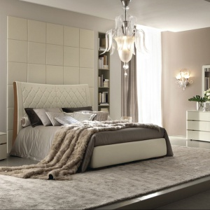 Łóżko Grace to to ekskluzywny mebel dedykowany do sypialni. Nietypowe przeszycia na zagłówku dodają mu charakteru. Fot. Alf.