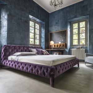 Łóżko Windsor Dream ma całkowicie pikowaną tapicerkę. Połyskujące tkaniny i stylowe kolory sprawiają, że mebel pasuje do sypialni w stylu glamour. Fot. Arketipo.