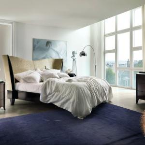 Łóżko Vendome ma zakrzywiony do wewnątrz zagłówek, dzięki czemu prezentuje się stylowo, ale też bardzo przytulnie. Fot. Selva.