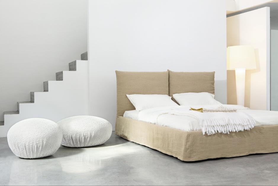 Łóżko Toolate marki Bonaldo ma dość surową stylistykę, wygląda jakby było zaścielone narzutą. Odnajdzie się we wnętrzach nowoczesnych. Fot. Bonaldo.