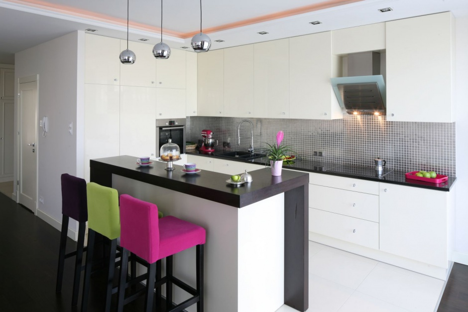 Białe meble kuchenne i blat Biała kuchnia z ciemnym   -> Kuchnia Z Salonem Umeblowanie