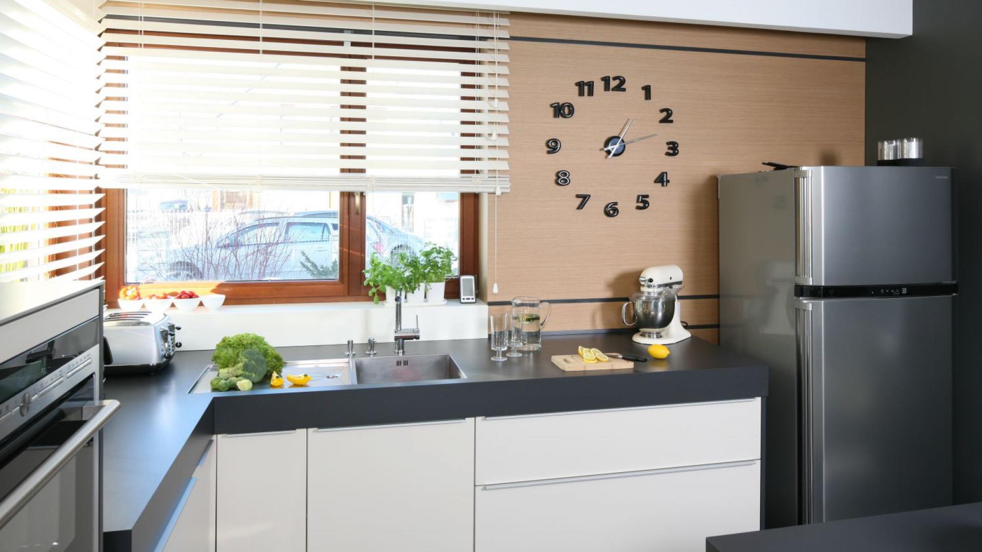 solidny gruby ciemnoszary bia a kuchnia z ciemnym blatem tak urz dzisz j z projektantem. Black Bedroom Furniture Sets. Home Design Ideas