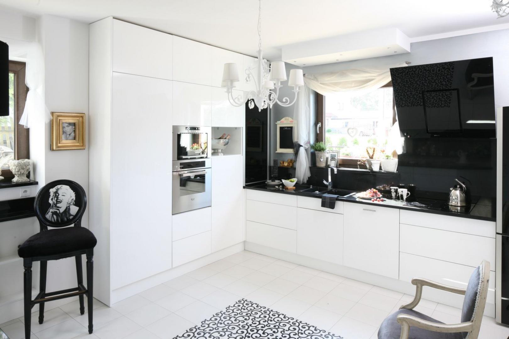 Białe fronty i korpusy Biała kuchnia z ciemnym blatem Tak urządzisz ją   -> Biala Kuchnia Czarny Blat