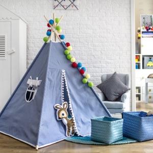 Tipi w pokoju dziecka to idealne miejsce na kryjówkę. Podpowie dzieciom wiele ciekawych zabaw, a wieczorami będzie świetnym miejscem do czytania bajek razem z mamą. Fot. TeePee.