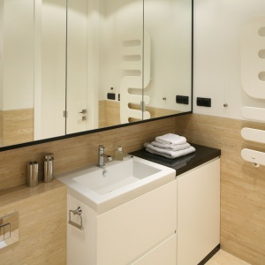 Szafki z lustrzanymi frontami to praktyczne rozwiązanie 2 w 1 do małej łazienki. Projekt: Anna Maria Sokołowska. Fot. Bartosz Jarosz.