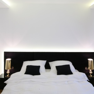 Łóżko z oświetleniem umieszczonym za zagłówkiem będzie nowoczesnym elementem sypialni. Warto zainstalować je na tle śnieżnobiałej ściany. Projekt: Agnieszka Hajdas-Obajtek. Fot. Bartosz Jarosz.