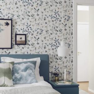 Tapeta z delikatnym wzorem, jak kwiatki czy listki, będzie idealnym rozwiązaniem do kobiecej sypialni w romantycznym stylu. Fot. Boras Tapeter.