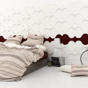 Przyjemne w dotyku materiały to podstawa w sypialni. Ścianę za łóżkiem można ozdobić miękkimi panelami ściennymi, które sprawią, że wnętrze będzie przytulne i ciepłe. Fot. Fluffo.