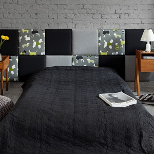 Zagłówek łóżka to ważny element w sypialni. Można go mieć nawet wtedy, kiedy śpimy na materacu położonym na podłodze. Wystarczy przymocować do ściany specjalne panele ozdobione dekoracyjną tkaniną. Fot. Made for bed.