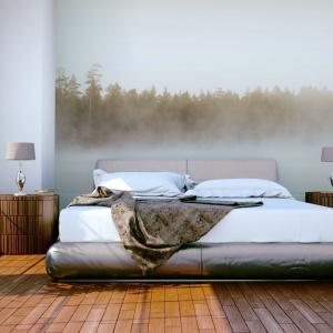 Fototapeta z motywem zamglonego lasu sprawi, że sypialnia nabierze tajemniczego klimatu. To także doskonały motyw przewodni w nowoczesnej aranżacji. Fot. Dekornik.
