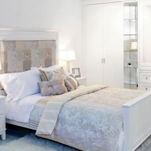 Nietypowy zagłówek łóżka będzie pełnił nie tylko praktyczną rolę, ale również dekoracyjną. Modnym motywem jest patchwork, który nadaje wnętrzu przytulnego klimatu. Fot. Bilder.