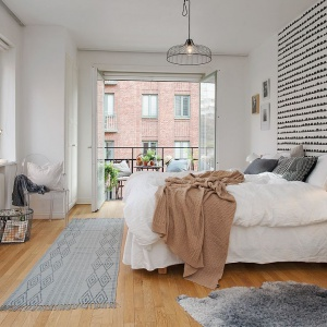 Ściana za łóżkiem będzie nietypowa, jeśli pomalujesz ją samodzielnie. Skandynawskie wzory nie są skomplikowane, dzięki czemu proste do wykonania. Fot. Alvhem Makleri.