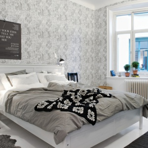 Tapeta z dekoracyjnym wzorem nada sypialni oryginalny charakter. Wnętrze zachwyci również elegancją i stylem. Fot. Alvhem Makleri.