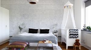 Ścianę w sypialni za łóżkiem warto wyeksponować. Tapetą, nietypowym materiałem, a może naklejkami? Zobacz najciekawsze pomysły.