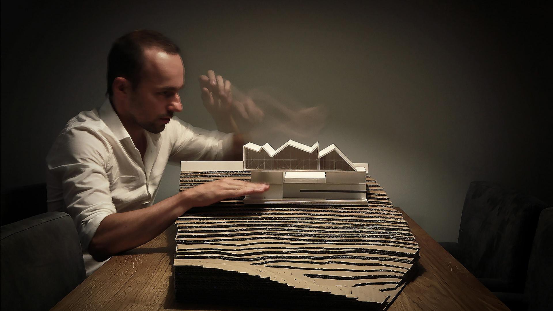 Bogusław Barnaś ukończył Wydział Architektury Politechniki Krakowskiej oraz Fachhochschule Muenster w Niemczech. Doświadczenie zdobywał m.in. u Normana Fostera, w Make Architects i pracowni Ingarden & Ewy Architekci. For. BXBstudio