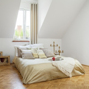 Sypialnia na poddaszu nabierze minimalistycznego wyrazu jeśli ograniczymy ilość mebli i dodatków do niezbędnego minimum. W zasadzie wystarczy tylko łóżko i nocna lampka. Fot. Fantastik Frank.