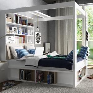 Łóżko z serii 4 You to gratka dla tych, którzy lubią w sypialni spędzać dużo czasu. Specjalna rama łóżka pomieści książki, ukryje pościel, a nawet można na niej zawiesić projektor do odtwarzania filmów. Fot. Meble Vox.