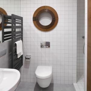 Minimalistyczna, wąska łazienka to wnętrze w jasnych, ponadczasowych kolorach. Projekt: Marta Kruk. Fot. Bartosz Jarosz.