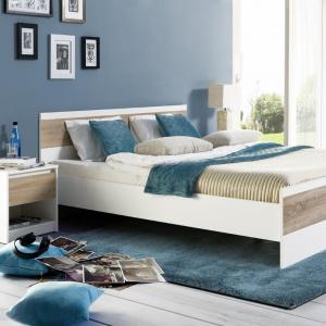 Kolekcja do sypialni Wenecja to meble o prostych bryłach z przeważającą kolorystyką bieli. Dla ocieplenia mebli producent zastosował dekor dąb sonoma. Fot. Szynaka Meble.