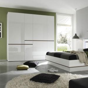Kolekcja Neve jest nowoczesna i doskonale sprawdzi się w minimalistycznych wnętrzach. Wysoki połysk ujarzmiono dzięki delikatnym wstawkom drewna. Fot. Bydgoskie Meble.