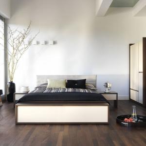 Sypialnia Inbox zachwyca przytulnym wyglądem, choć ma bardzo nowoczesne kształty. Wszystko dzięki ciemnej barwie orzecha. Kolekcja wyglądem nawiązuje do włoskiego minimalizmu. Fot. Meble Vox.