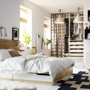 Łóżko Mandal ma wyjątkowy zagłówek. W te drewniane listewki możemy wtykać półeczki i stworzyć funkcjonalny system przechowywania w sypialni. Teraz książka i kubek z herbatą będą zawsze pod ręką w sypialni. Fot. IKEA.