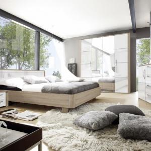 Sypialnia Senso dedykowana jest miłośnikom nowoczesnego wzornictwa. Ciepła barwa mebli z powodzeniem rozjaśni każde mieszkanie, natomiast przeszklone witryny nadadzą pomieszczeniom lekkości. Fot. Helvetia Wieruszów.