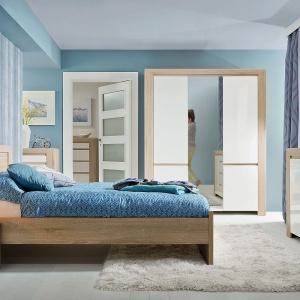 Sypialnia Danton firmy BRW to minimalistyczna forma oraz ciekawe zestawienie kolorów i faktur. Prezentuje się nowocześnie, ale i przytulnie. Fot. Black Red White.
