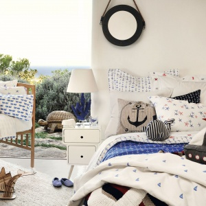 Styl marynistyczny ciekawie prezentuje się nie tylko latem. Niebieski kolor w różnych odcieniach, paski, kropki oraz śnieżna biel nadadzą sypialni świeżego wyrazu. Fot. Zara Home.