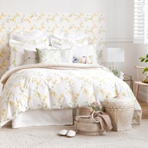 Żółta barwa to sprawdzony sposób na to, by sypialnia była słoneczna i wesoła. Jeśli nie zasłonimy zbytnio okien do środka dostanie się więcej światła, co dodatkowo podkreśli piękne dekoracje w żółtym kolorze. Fot. Zara Home.