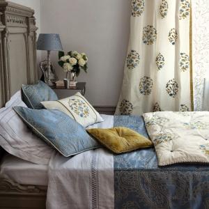 Dzięki tkaninom możemy nadać sypialni luksusowego stylu. Doskonale sprawdzą się połyskujące satyny, zamsze, jak również eleganckie przeszycia złotymi nićmi. Fot. Squarespace.