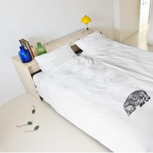 Prawdziwy czy nie, ten kotek nadaje sypialni niezaprzeczalnego uroku. Pościel dostępna również z motywami innych domowych zwierzątek. Fot. Snurk.