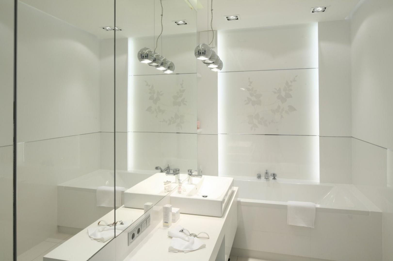 W białej łazience wzrok przyciągają wiszące lampki w srebrnym kolorze. Projekt:  Anna Maria Sokołowska. Fot. Bartosz Jarosz.