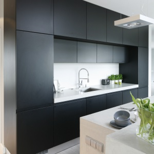 Zabudowa kuchenna skrywa liczne szafki i półki, dzięki czemu bez problemu można w nich wszystko schować. Nic nie pozostanie na widoku.