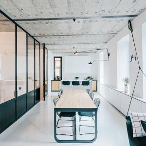Otwarta strefa dzienna to kącik wypoczynkowy, jadalnia na osiem osób oraz aneks kuchenny z wyspą. Projekt: Crosby Studios. Fot. Evgeny Evgrafov.