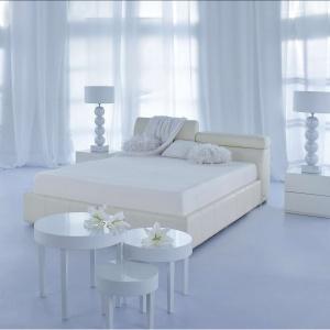 Łóżko Milonga tapicerowane jest skórą w pięknym, mleczno beżowym kolorze. Rozjaśni każdą sypialnię. Fot. Kler.