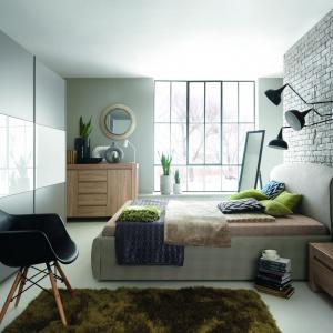 Jasne, rozbielone szarości w połączeniu z delikatnym odcieniem drewna stworzą przytulną, ale nowoczesną aranżację sypialni. Na zdjęciu: sypialnia Alice. Fot. BRW.