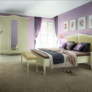 Sypialnia Anabella to pełna uroku głębia ciepłego beżu, który w połączeniu z ozdobnymi frezami, zachwyci swym charakterem. Fot. Bydgoskie Meble.