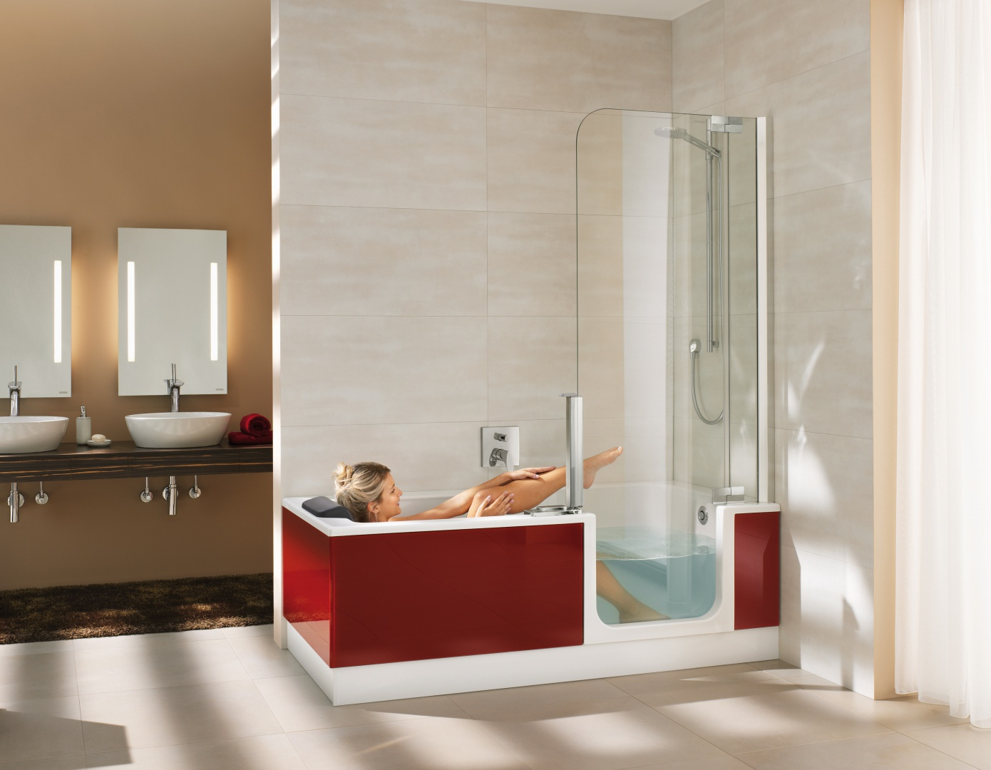 Ściana prysznica to także drzwi do wanny - wanno-kabina TwinLine firmy Artweger. Fot. Artweger.