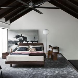 Kolekcja Novamobili Tempo Notte wyróżnia się lekką konstrukcją i nowoczesną linią, bez zbędnych zdobień czy wyrazistych wzorów. Fot. Go Modern Furniture.