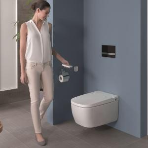 Toaleta z funkcją bidetu V-Care Comfort VitrA otwierana i zamykana pilotem - z myciem oscylacyjnym i pulsującym oraz suszeniem, automatycznym otwieraniem. Fot. VitrA.
