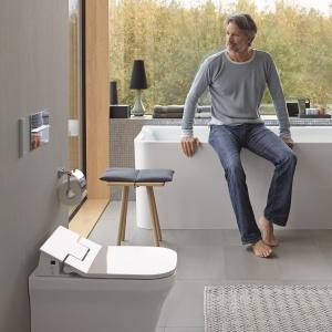 Deska z funkcją bidetu Senso Wash Slim Duravit -  kilka programów mycia, możliwość indywidualnego ustawienia intensywności strumienia i temperatury wody, oświetlenie nocne, pilot. Fot. Duravit.