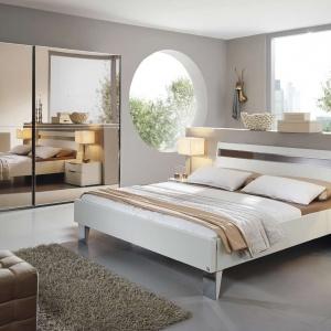 Sypialnia 20 Up to nowoczesne meble do sypialni, które zaskakują ilością funkcji. Ciekawym elementem kolekcji jest front szafy, który ma lustrzaną powłokę. Fot. Kler.