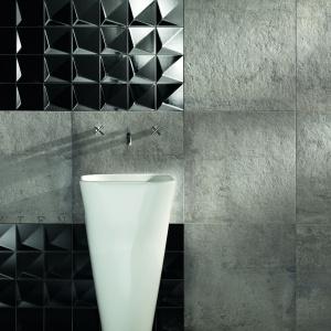 Szare kwadraty to kolekcja płytek zaprojektowana przez Macieja Zienia. Motywem przewodnim serii jest miasto - minimalistyczne, nowoczesne, a przy tym dynamiczne. Taka też jest ściana tej nowoczesnej łazienki. Na zdjęciu: seria Berlin Tempelhof firmy Tubądzin. Fot. Tubądzin.