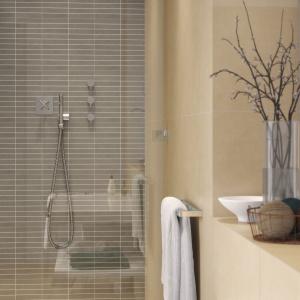 W strefie prysznica uwagę przyciąga szara mozaika z prostokątnych elementów. Płytki inspirowane stylem miasta dodają łazience nowoczesnego charakteru. Na zdjęciu: seria Urban Mix firmy Opoczno. Fot. Opoczno.