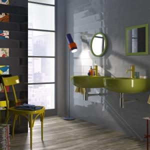Szare płytki dekorami inspirowanymi twórczością Roya Lichtensteina, twórcy słynnych popartowskich komiksowych obrazów wyznaczają oryginalny styl wnętrza. Na dekorach znajdziemy 10 różnych wzorów. Na zdjęciu: kolekcja Pop marki Imola Ceramica. Fot. Imola Ceramica.