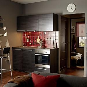 Zestaw mebli Metod Tingsvyrd z poziomym dekorem drewna w ciemnym wybarwieniu idealnie pomoże zbudować w kuchni przytulny nastrój. Fot. IKEA.