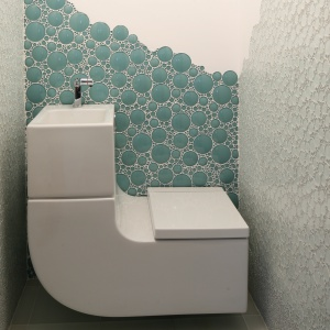W łazience o powierzchni 1,5 m kw. Jest tylko jeden sprzęt: umywalko-sedes. Woda z umywalki służy do spłukiwania sedesu. Projekt: Karolina Łuczyńska. Fot. Bartosz Jarosz.