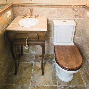 Malutka (2 m kw.) łazienka dla gości – powiększa ją ogromne, kryształowe lustro. Projekt: Beata Kozieradzka. Fot. Monika Filipiuk-Obałek.