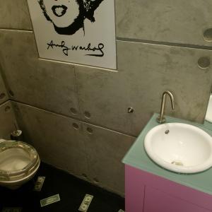 Toaleta o powierzchni 2 m kw. - są tutaj umywalka, spora szafka, sedes i wnęka w ścianie na drobiazgi. Projekt: Piotr Gierałtowski. Fot. Tomasz Markowski.
